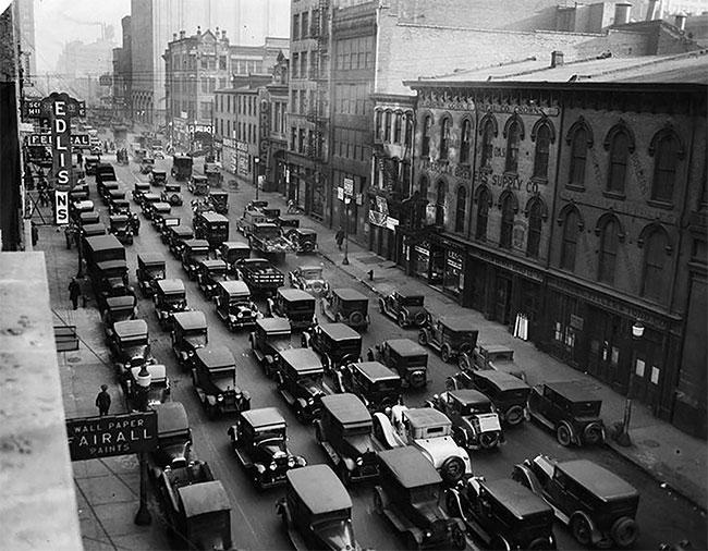 """Đại lộ Baum nổi tiếng là con đường """"xe hơi"""" bởi có rất nhiều cửa hàng bán xe hơi nằm dọc theo con đường này."""