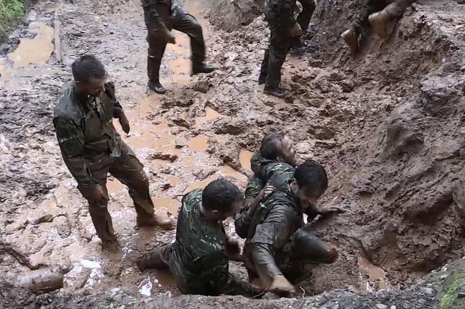 Các cầu thủ phải lội bùn đất nhưng vẫn vô cùng thích thú