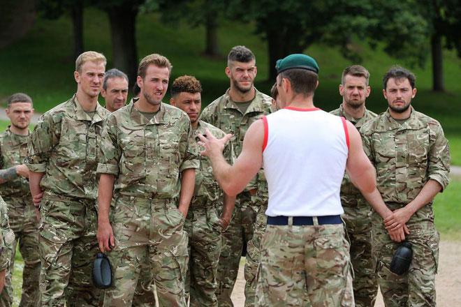 Harry Kane cùng các đồng đội đang chăm chú nghe lính hoàng gia Anh chỉ dẫn.