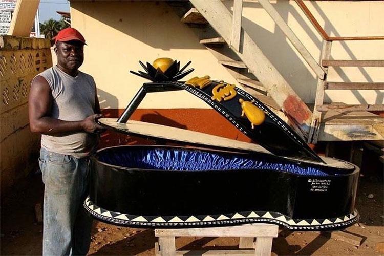 Người Ghana luôn chôn cất người đã khuất bằng những chiếc quan tài được trang trí rất cầu kỳ.