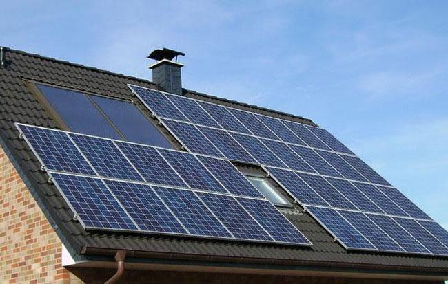 Chi phí lắp đặt một hệ thống pin mặt trời rơi vào khoảng 15.000 - 40.000 USD (300 triệu – 1 tỷ VNĐ).