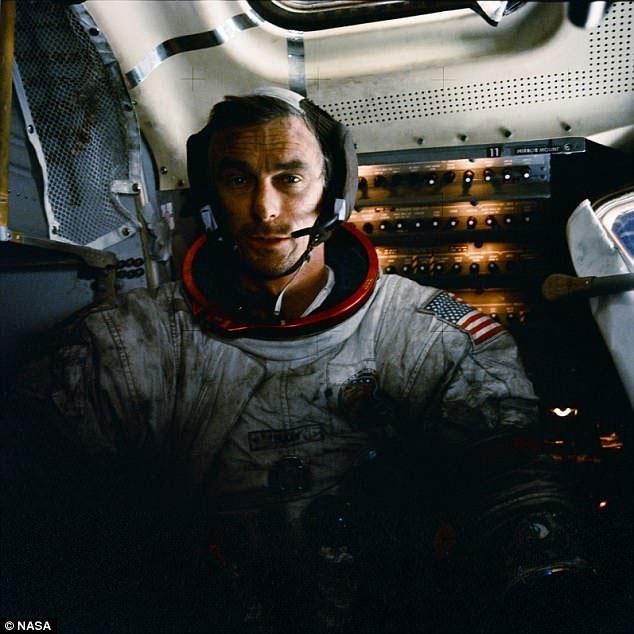 Eugene Cernan trên tàu Apollo 17 phủ đầy bụi Mặt trăng.