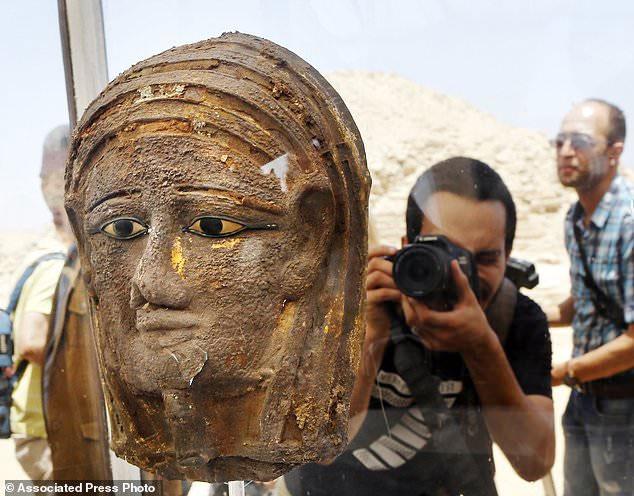 Chiếc mặt nạ bạc mạ vàng được tìm thấy trong xưởng ướp xác cổ.
