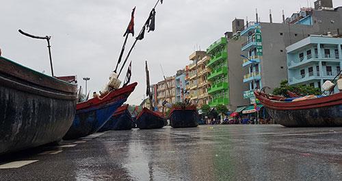 Một phần tuyến đường Hồ Xuân Hương được trưng dụng làm nơi neo đậu thuyền bè.