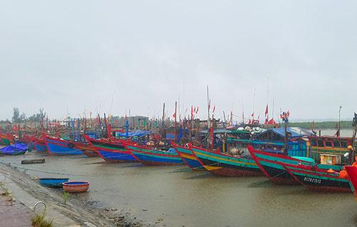 Tàu thuyền neo đậu an toàn tại cảng cá Cửa Sót trưa 18/7.