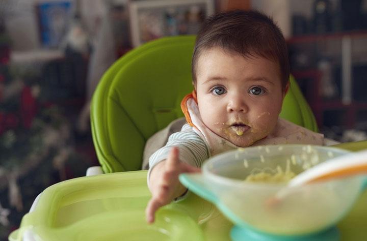 Việc cho trẻ ăn thức ăn đặc trước 17 tuần tuổi sẽ làm tăng khả năng mắc bệnh béo phì và các vấn đề khác ở trẻ.