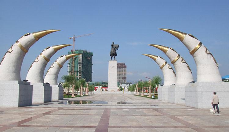 Bia kỷ niệm Thành Cát Tư Hãn tại Hohhot (Hô Hòa Hạo Đặc), Nội Mông Cổ, Trung Quốc.