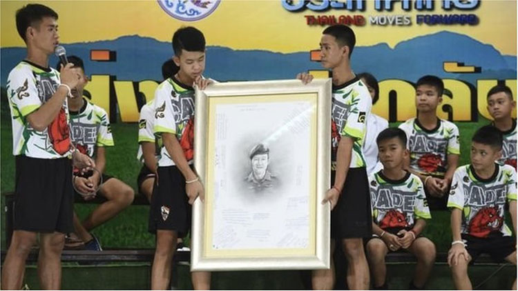 Đội bóng Lợn Hoang tưởng niệm thợ lặn Saman Gunan đã hy sinh trong quá trình giải cứu.