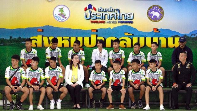 Đội bóng Lợn Hoang xuất hiện trong buổi họp báo ngày 18/7.