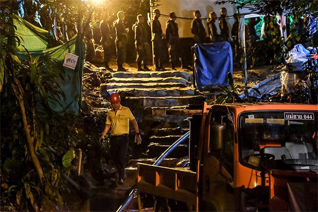 Các đội cứu hộ đã nỗ lực tìm cách đưa đội bóng Lợn Hoang ra khỏi hang Tham Luang.