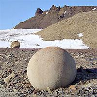 Những quả cầu đá cao hai mét khiến giới nghiên cứu bối rối