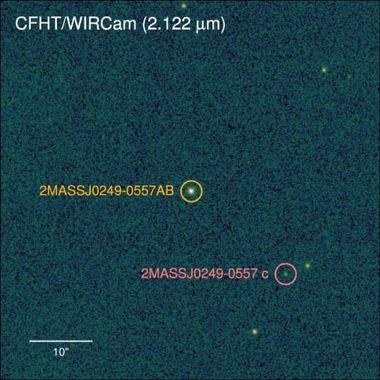 Hành tinh mới được phát hiện (khoanh tròn đỏ) qua ống kính thiên văn