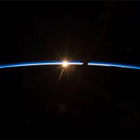 Khoảnh khắc thú vị Mặt trời nằm ngay đường chân trời Trái đất