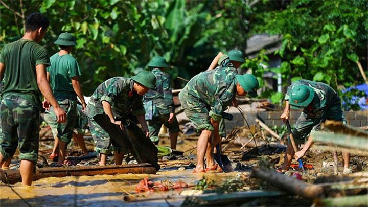 Lực lượng vũ trang tham gia khắc phục hậu quả mưa lũ tại huyện Văn Chấn (Yên Bái) ngày 22/7.