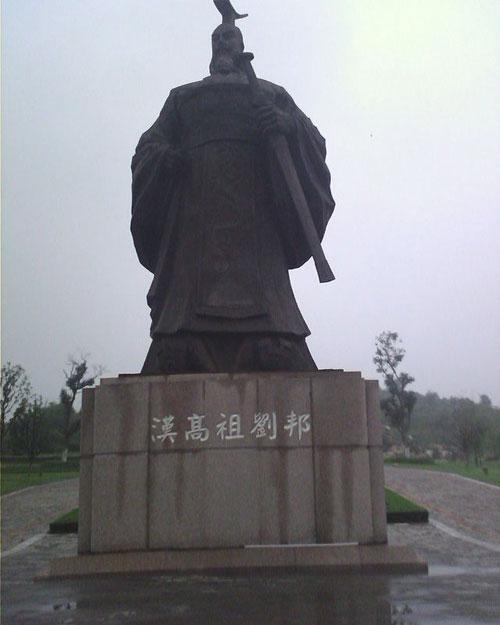 Bức tượng hoàng đế Lưu Bang.