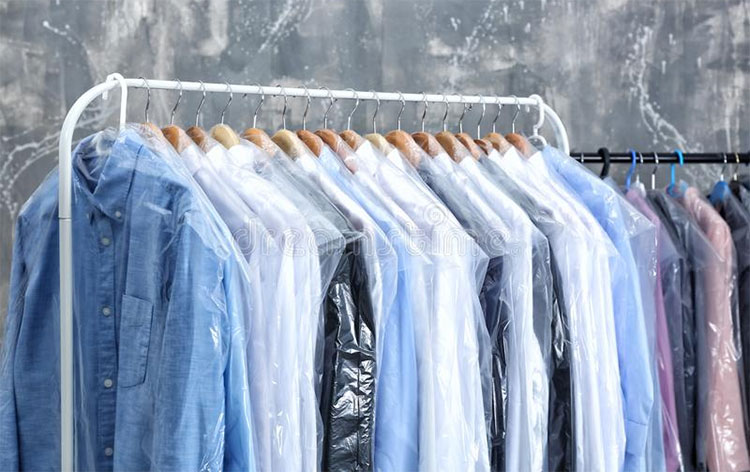 Giặt khô có nghĩa là không dùng nước mà dùng một số dung dịch để làm sạch vải.