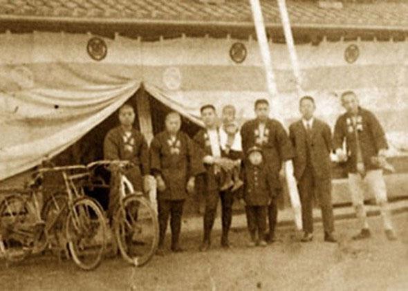 Đội ngũ nhân viên của Kongō Gumi.  Công ty được thành lập vào năm 57
