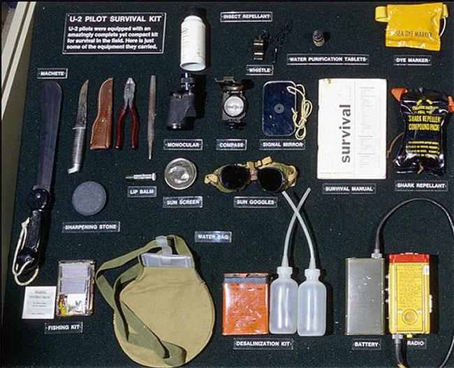 Bộ dụng cụ cứu hộ của một phi công.