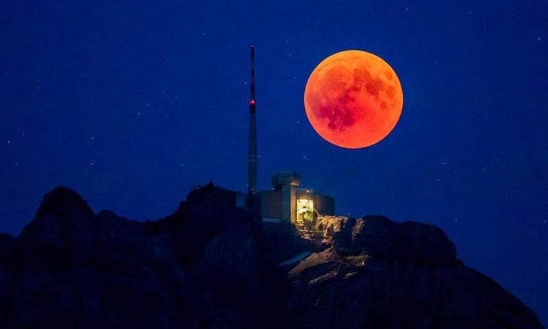 Mặt Trăng tròn vành vạnh phía sau ngọn núi Saentis, bang Appenzell Innerrhoden, Thụy Sĩ.