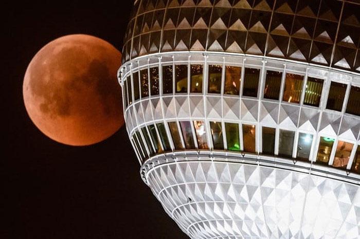 Trăng máu nhìn từ tháp Berlin TV, Đức