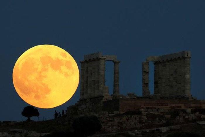 Trăng máu bên cạnh đền thờ thần Poisedon (Hy Lạp)
