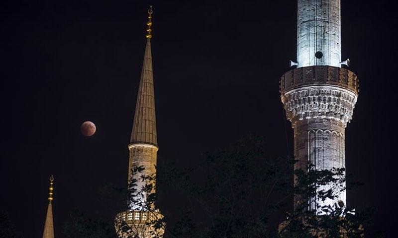 Mặt Trăng mang lại cảm giác huyền ảo giữa những tòa tháp ở Istanbul, Thổ Nhĩ Kỳ.