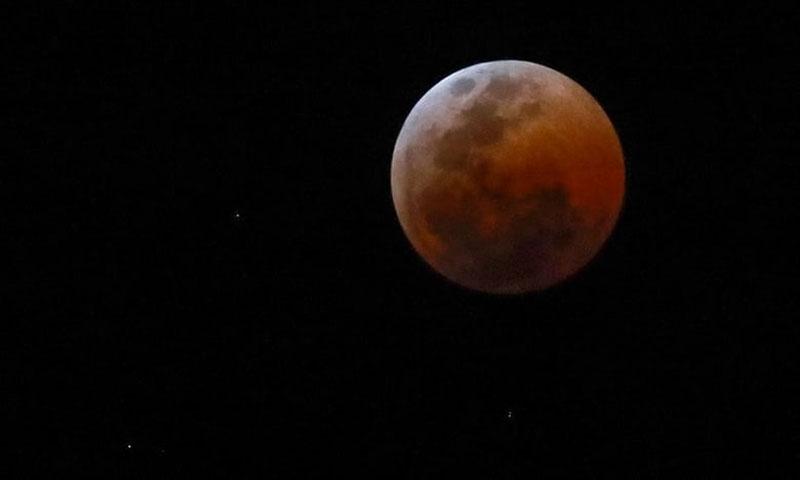 """Bầu trời đêm tại Cape Town, Nam Phi, trở nên lung linh hơn với """"Trăng máu"""" và những ngôi sao."""