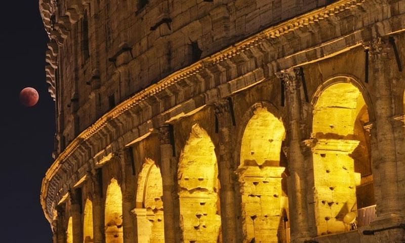Mặt Trăng treo lơ lửng giống như món trang sức cho đấu trường Colosseum tại Rome, Italy.