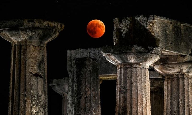 Trăng tròn với màu sắc ấn tượng nổi bật giữa trời đêm ở Corinth, Hy Lạp.