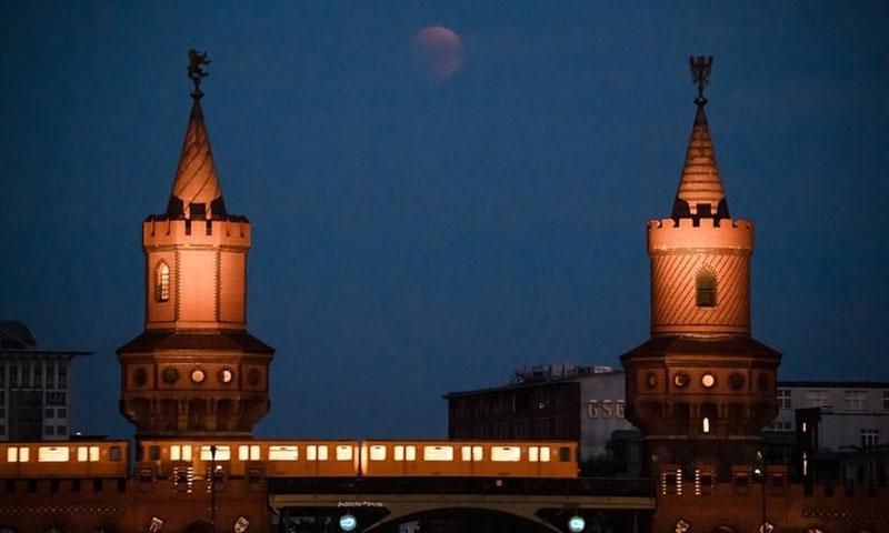 """""""Trăng máu"""" mờ ảo giữa hai ngọn tháp của cầu Oberbaum bắc qua sông Spree ở Berlin, Đức."""