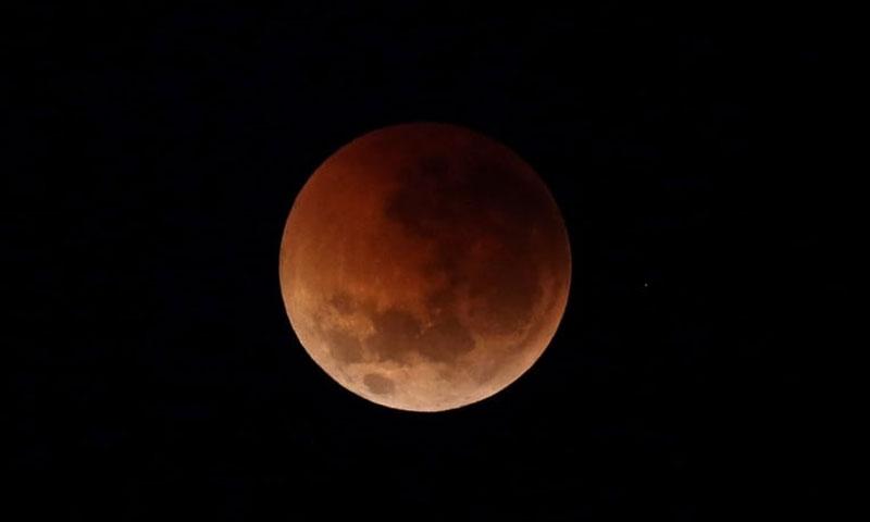 Trong ảnh, nguyệt thực diễn ra với Mặt Trăng nhuộm sắc đỏ trên bầu trời Brisbane, Australia.