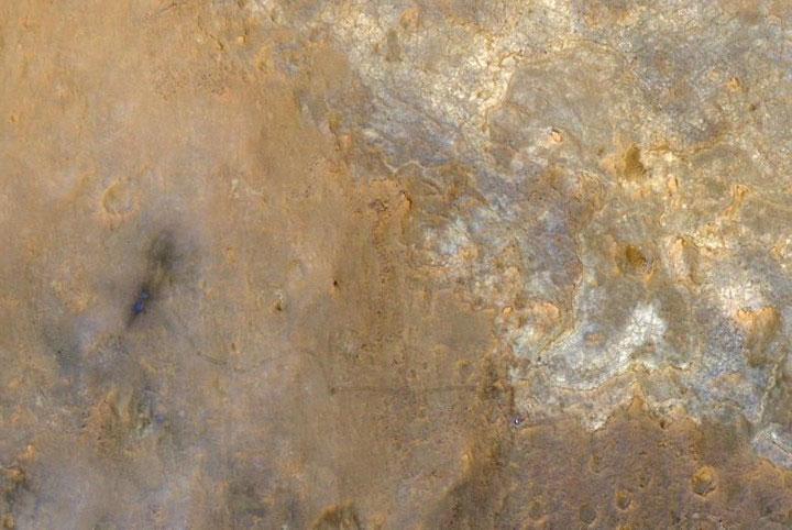 Một chấm xanh đen gây nhiều tò mò xuất hiện trong bức ảnh mà vệ tinh chụp bề mặt sao Hỏa hồi tháng 6/2013.
