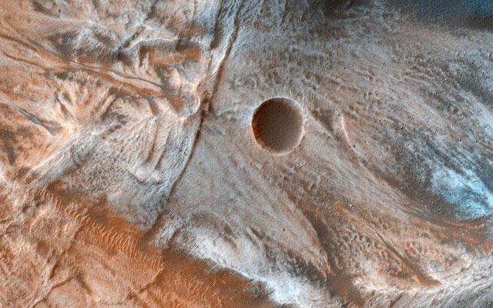 Những dấu vết của dòng chảy như thế này thường được tìm thấy trên những sườn dốc ở vĩ độ giữa của sao Hỏa.