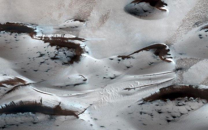 """Các đụn cát ở phía Bắc sao Hỏa bắt đầu trồi lên khỏi một lớp phủ như """"tuyết trắng"""","""