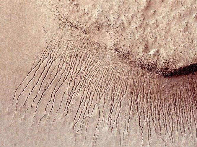 Những con kênh nhỏ từ 1m đến 10m đổ về lòng chảo Hellas.
