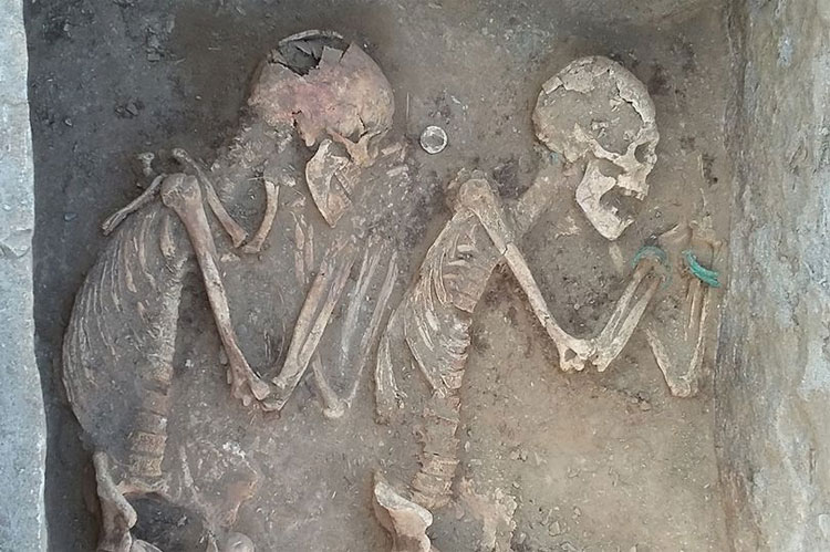 """Hài cốt """"cặp tình nhân"""" được tìm thấy khi khai quật ngôi mộ 5000 năm ở Kazakhstan."""