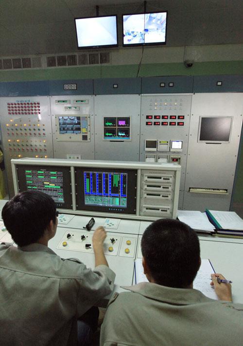 Các kỹ thuật viên đang theo dõi hệ điều khiển của lò phản ứng