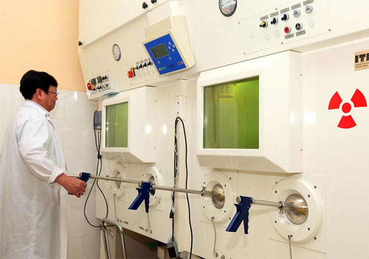 Cán bộ kỹ thuật điều chế đồng vị phóng xạ I-131.