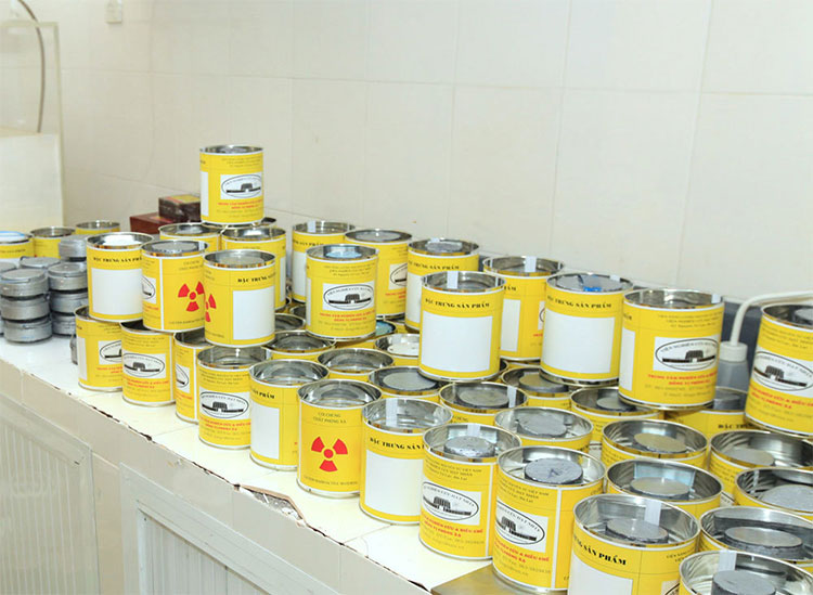 Sản phẩm là đồng vị phóng xạ sử dụng trong y học, trong đó phần lớn là I-131, P-32
