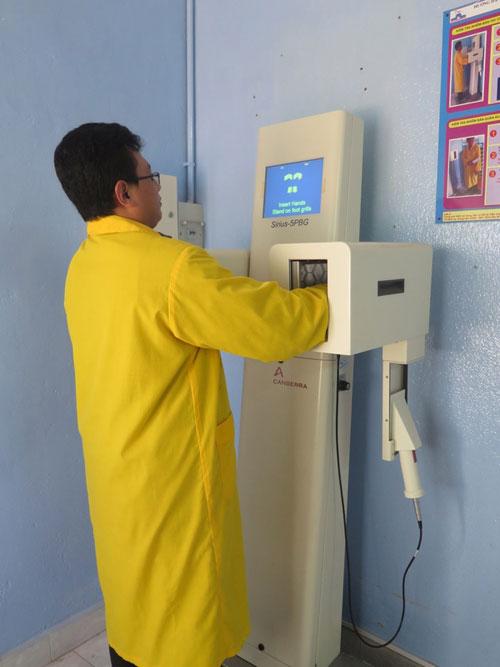 Cán bộ kỹ thuật đo độ nhiễm bẩn phóng xạ trước khi ra khỏi lò phản ứng.
