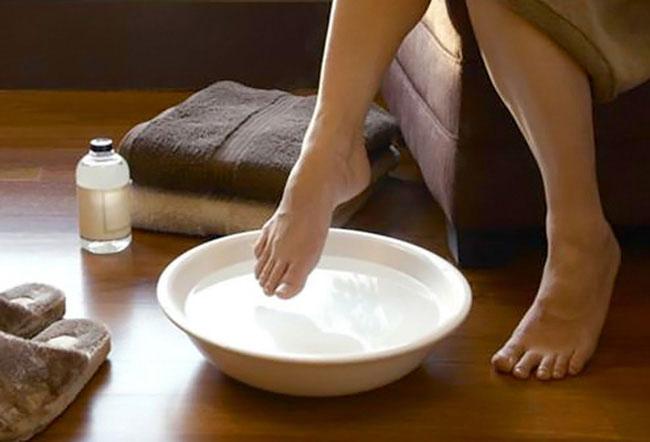 Ngâm chân nước muối sẽ giúp diệt khuẩn cực hiệu quả.