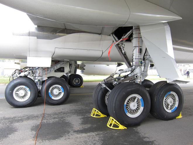 Lốp máy bay có thể chịu được tải trọng lên tới 38 tấn.