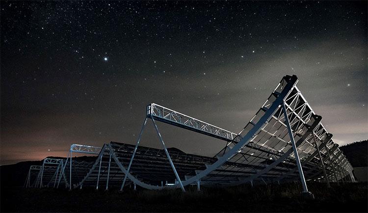 Kính thiên văn CHIME (Canadian Hydrogen Intensity Mapping Experiment) trị giá khoảng 16 triệu USD.