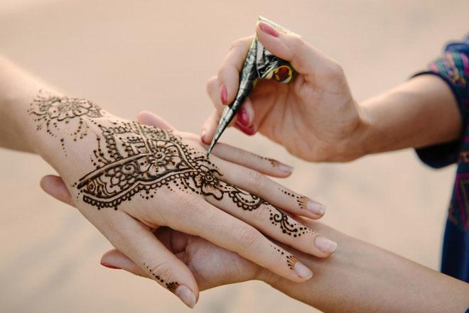 Henna tự nhiên nên có mùi thô mộc và hơi hắc.