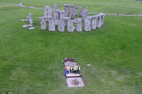 Hộp sọ của 25 người Neolithic thời cổ đại đồ đá được chôn ở khu vực Stonehenge cách đây hơn 5.000 năm.