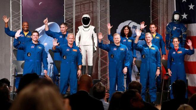 Boeing có màu xanh dương, còn SpaceX là bộ đen trắng