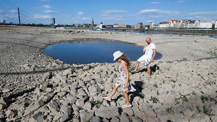 Cái nóng ở Đức đã khiến nước sông Rhine cạn đi nhanh chóng, phơi bày những đáy sông xù xì như ở Düsseldorf.