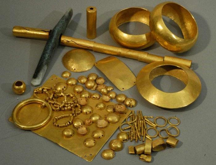 Một số hiện vật vàng được tìm thấy trong ngôi mộ số 43 ở nghĩa địa Varna.