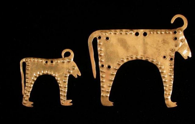 Món vàng này đã được chế tác từ hơn 6.000 năm trước, có mình giống con bò nhưng sừng lại giống trâu