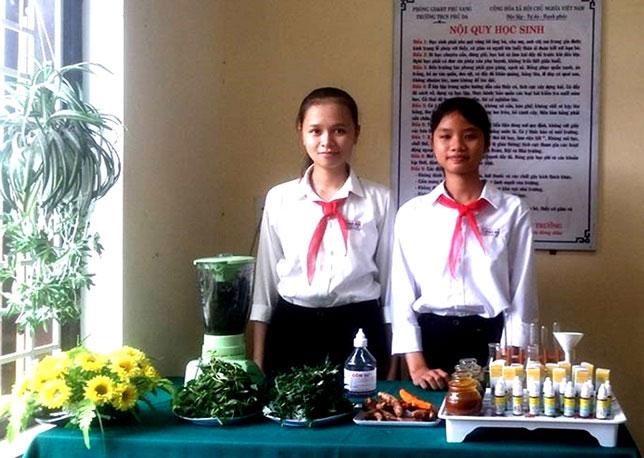 Mai Thị Kiều Nhi và Phạm Thị Khánh Hà bên cạnh sản phẩm của mình.